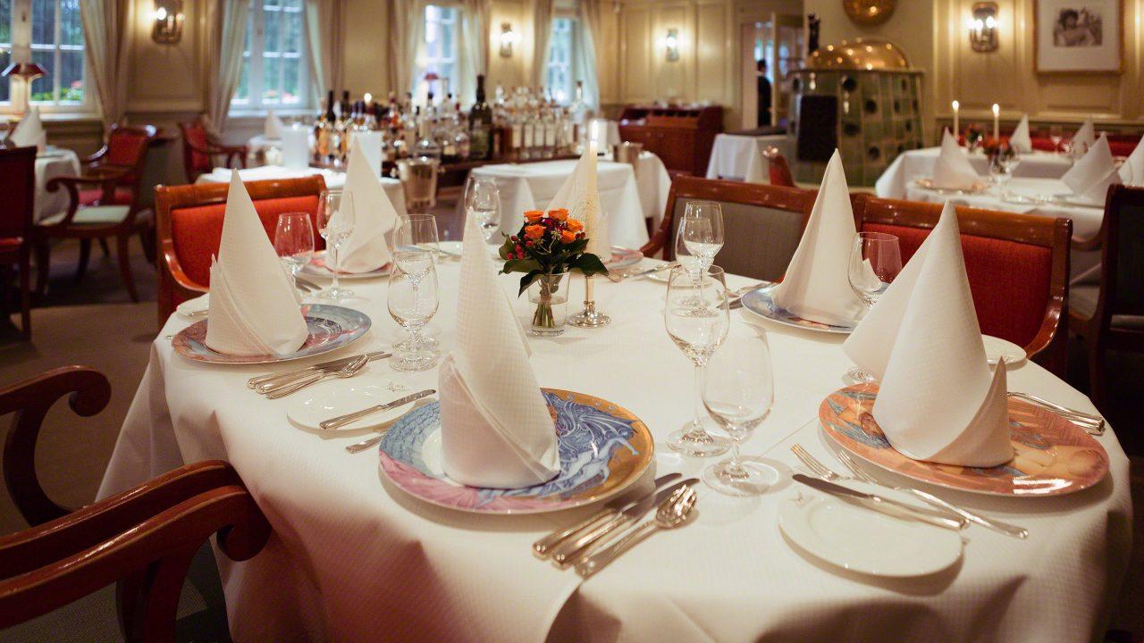 Kunst gibt es nicht nur auf dem Teller, herrlich gemütlich das Restaurant Landhaus Scherrer. Foto © Mirco Seyfert