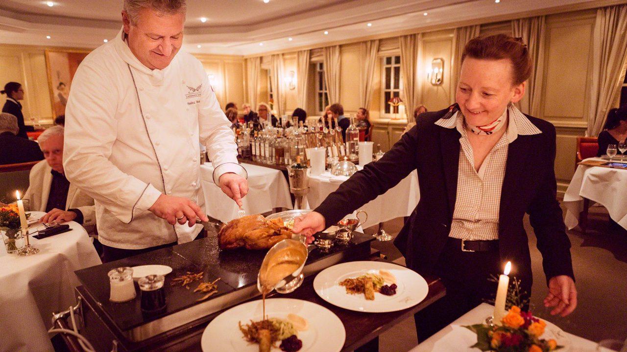 Kross gebackene Vierländer Ente, vom Meister persönlich am Tisch tranchiert und in 2 Gängen serviert. Foto © Mirco Seyfert