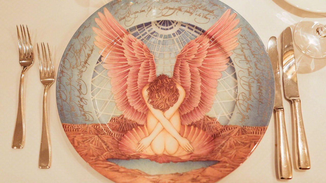 Kunstvolle Unikate: Die von Wolfgang Fratscher handbemalten, mit erotischen Motiven versehenen Platzteller können von Sammlern erworben werden.