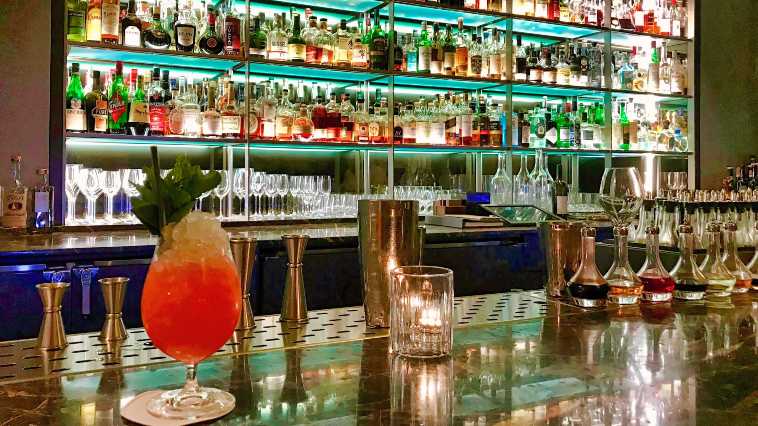Einen Drink kannst du - ohne einer Tischreservierung in der Bar des Eleven Madison Park genießen.