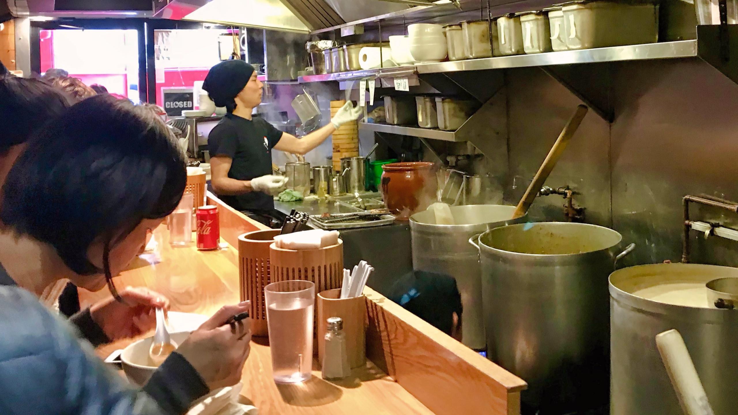 Wer bereit ist zu warten, wird im Totto Ramen die würzige SpicyChicken Paitan genießen.
