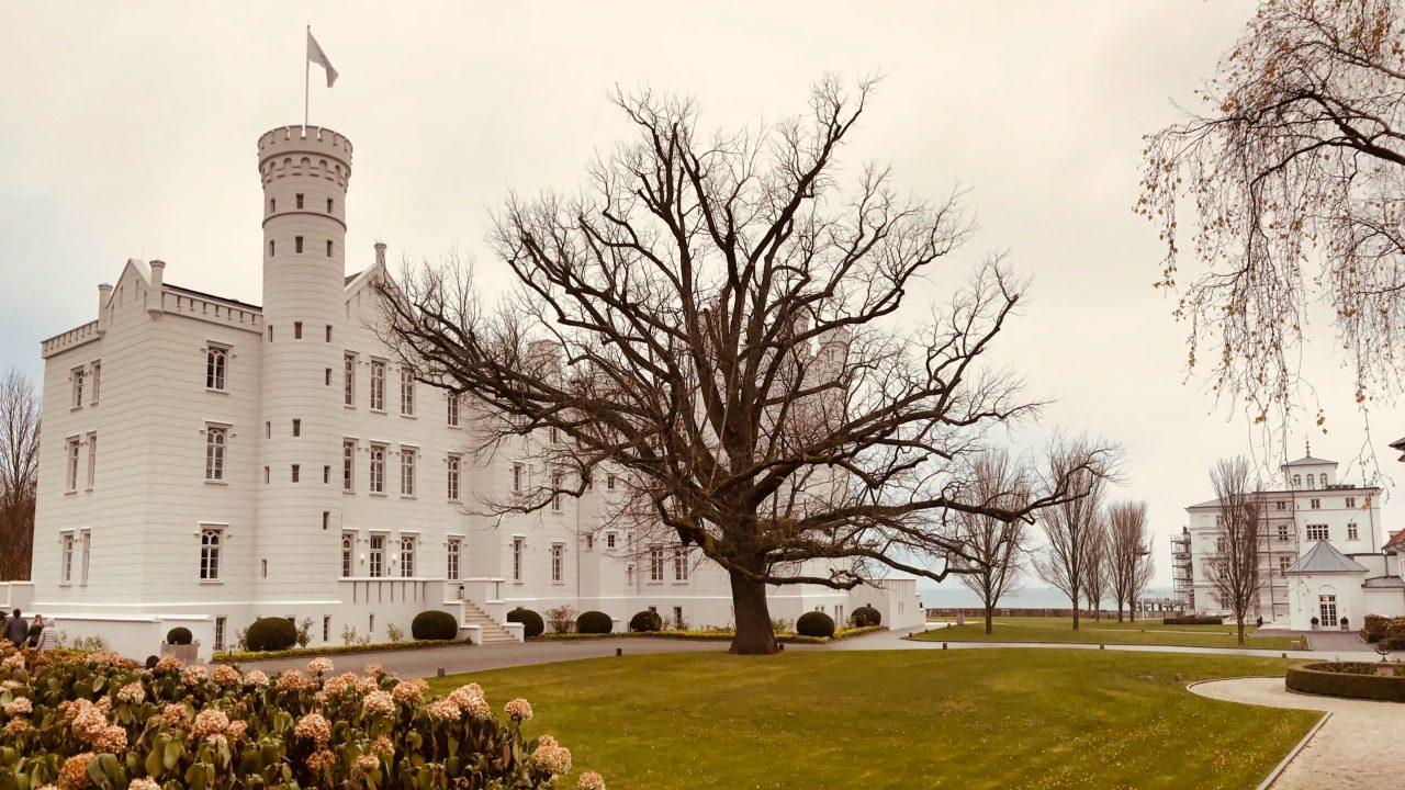 Schlafen wie eine Prinzessin, die Burg Hohenzollern bietet auch noch den schönsten Seeblick.Grand Hotel Heiligendamm Burg Hohenzollern
