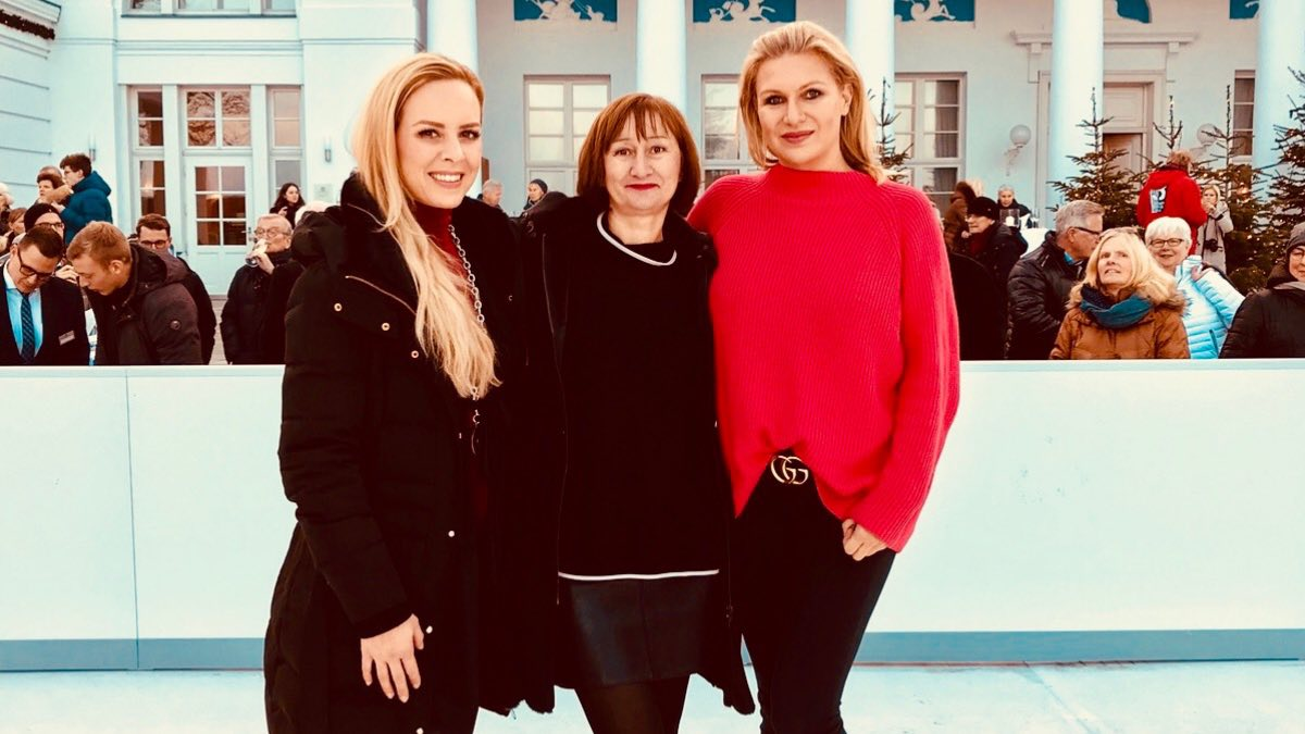 Spitzentänzerin Isabel Edvardsson und Profi-Turnerin Magdalena Brzeska eröffneten die Grand Hotel Heiligendamm Eisbahn.