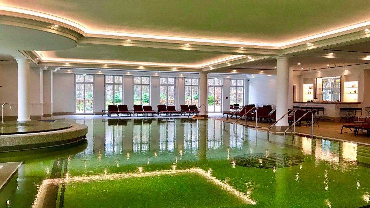 Ein nasses Vergnügen nicht nur für die Erwachsenen, der großzügige Poolbereich mit Whirlpool.