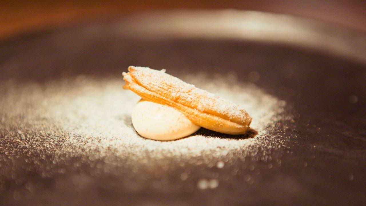 Leindotterölcreme mit eingelegter Taglilienknospe und geröstetem Buchweizen. Jens Rittmeyer Restaurant N°4. © Mirco Seyfert