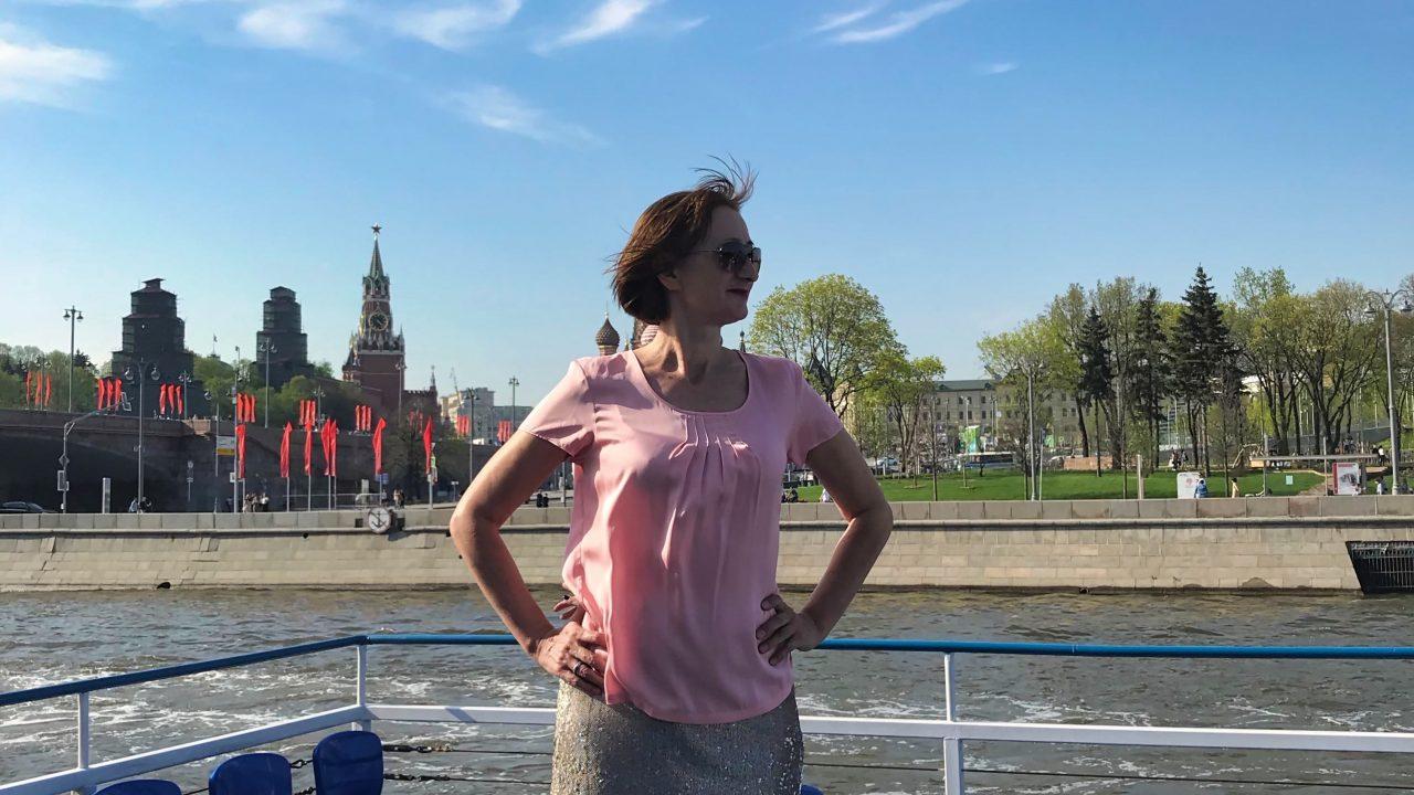 Mit einem Boot die wichtigsten Sehenswürdigkeiten Moskaus abfahren.