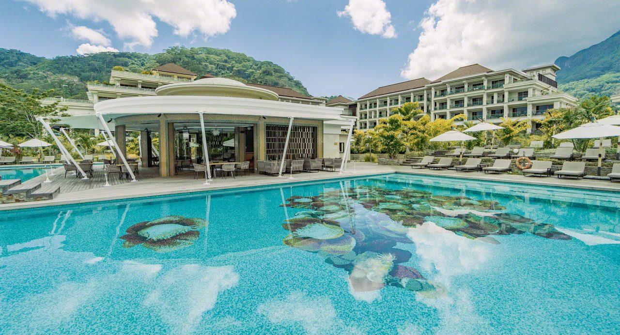 Seychellen, die großzügige Pool-Landschaft, Luxus Hotel Savoy in Mahé © Mirco Seyfert