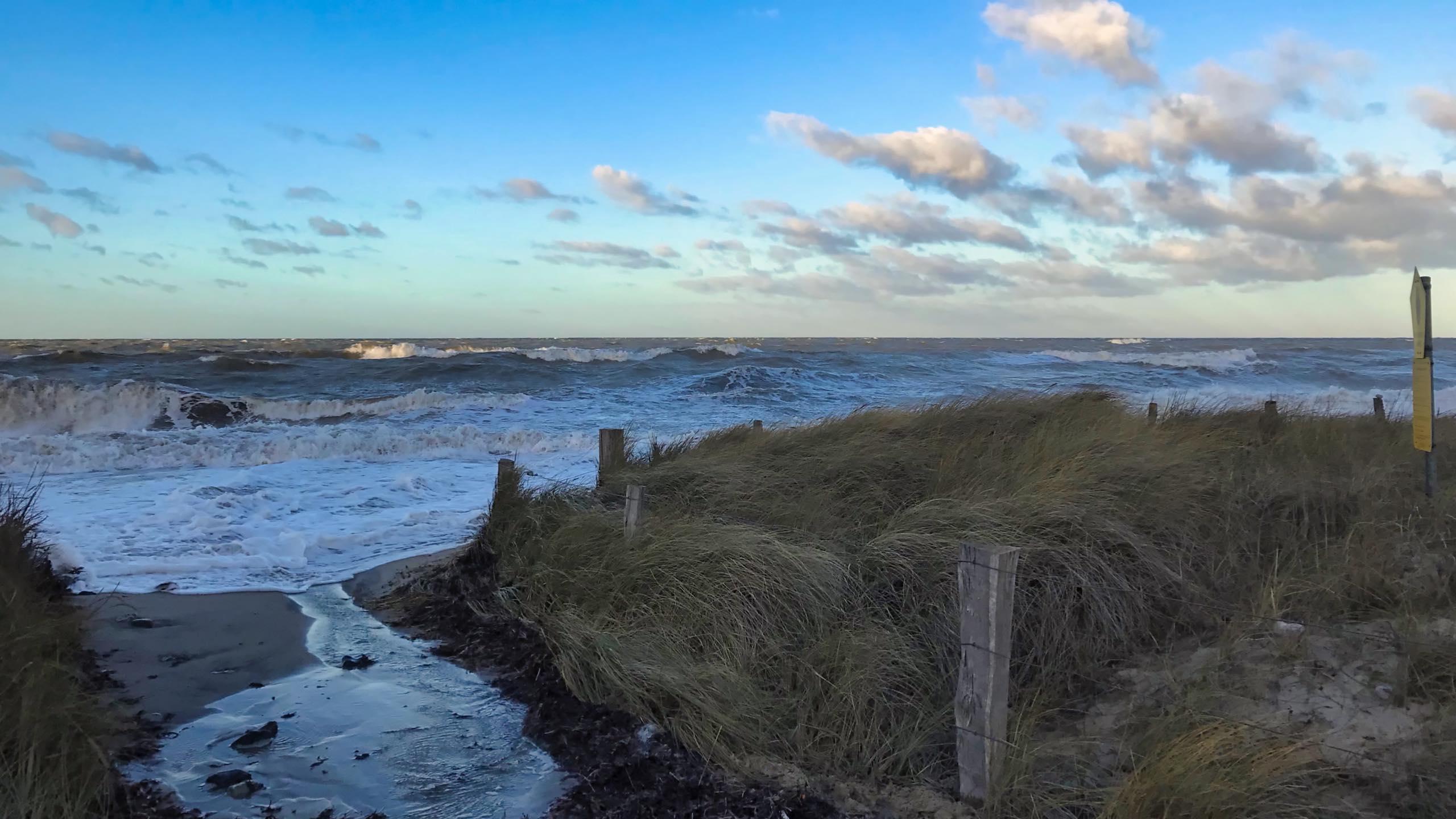 Raue Nordseebrandung, Ostseewellen treffen in der Bucht auf den Naturstrand.