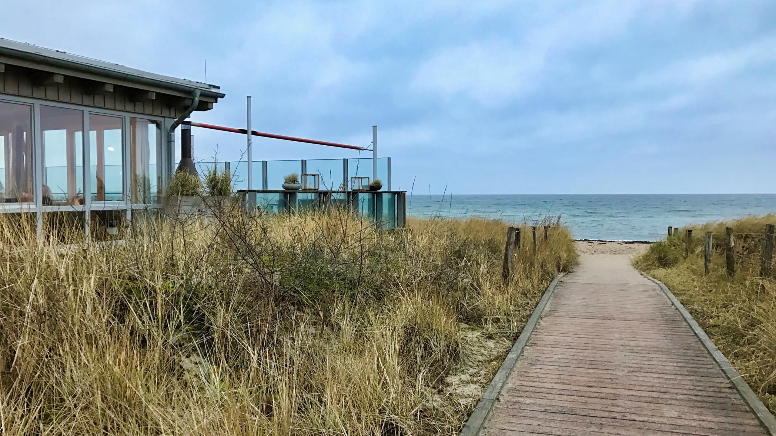 Das Bootshaus des schleswig-holsteinischen Ressorts, das inmitten der Sandünen liegt - mit Blick auf die Ostsee.