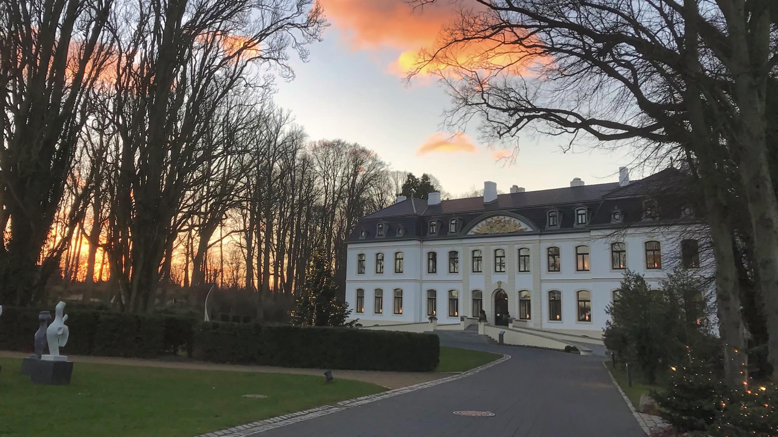 Weissenhaus Grand Village Luxushotel im Sonnenuntergang