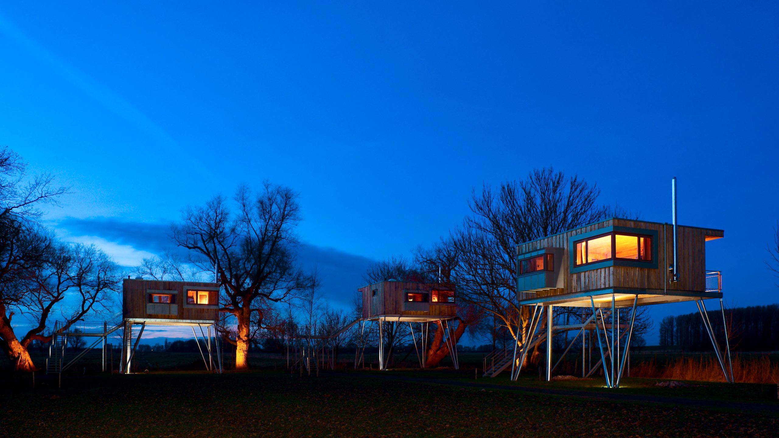 """Baumhaus Abenteuer: Foto ©Das Baumhaushotel """"Krautsand"""" an der Elbe."""