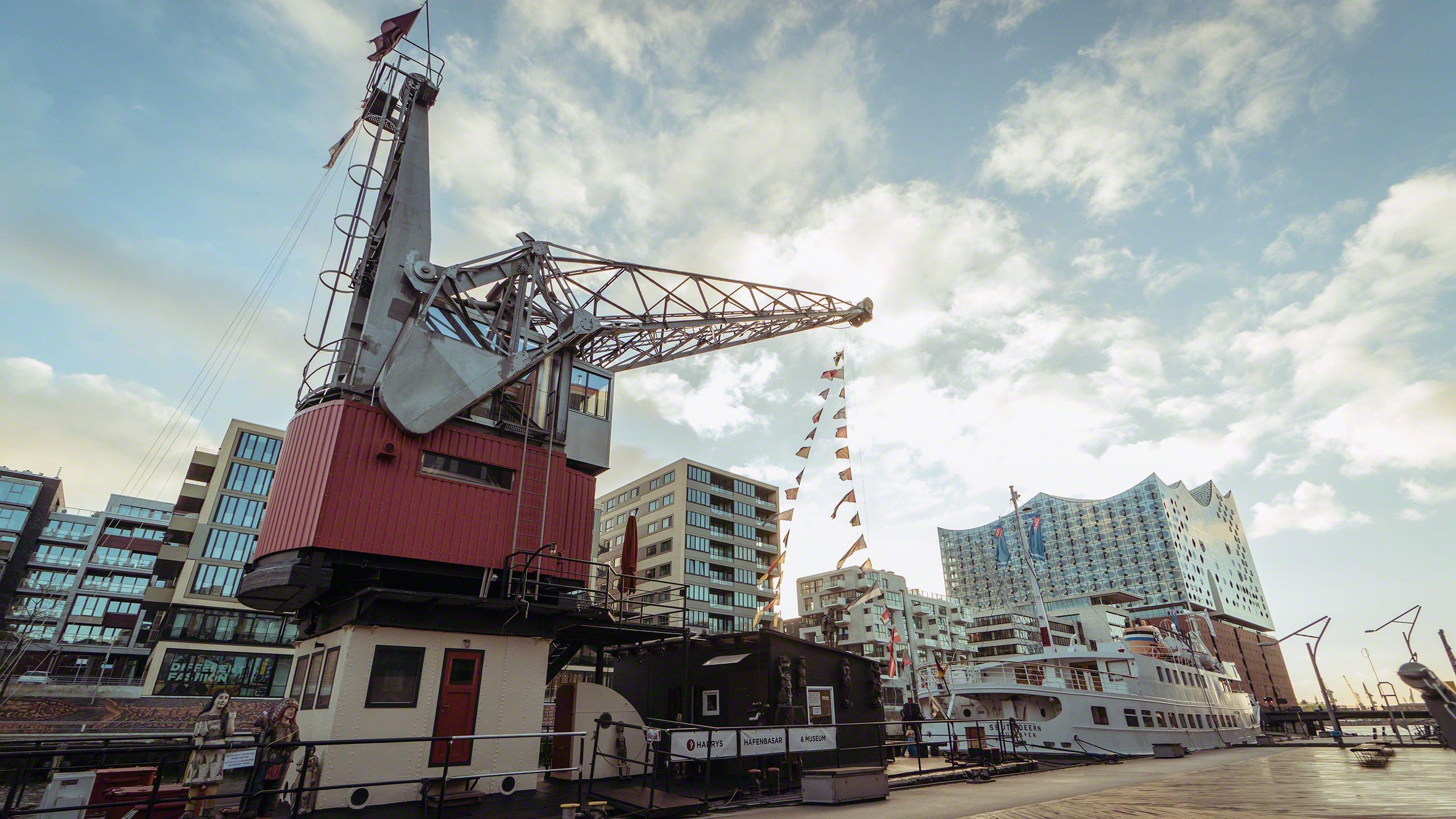 Im Traditionsschiffhafen hat das Hafenkran Hotel GREIF sein Zuhause gefunden ©Mirco Seyfert.