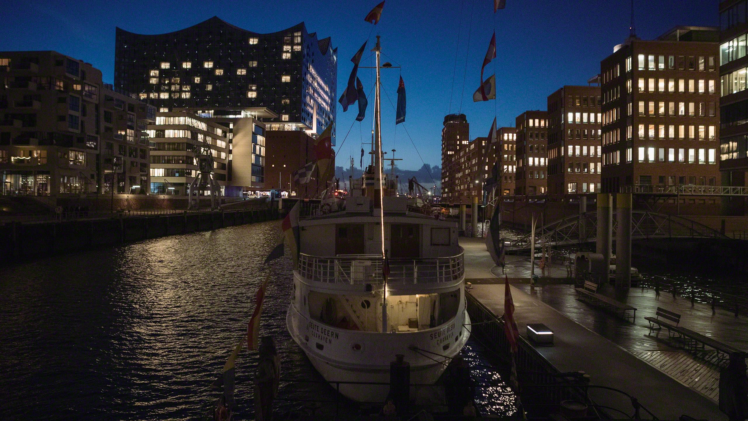 Die blaue Stunde entfaltet sich vom Bett des Hafenkran Hotels ©Mirco Seyfert.