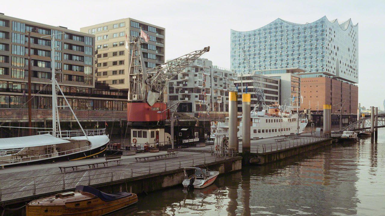 Der Hafenkran liegt vor Anker im Sandtorhafen ©Mirco Seyfert.
