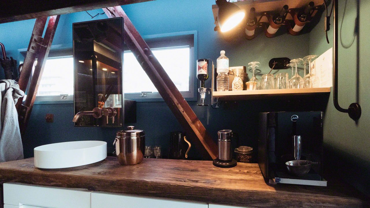 Das Micro-Hotel mit Bar und Waschbecken in der Lounge ©Mirco Seyfert.