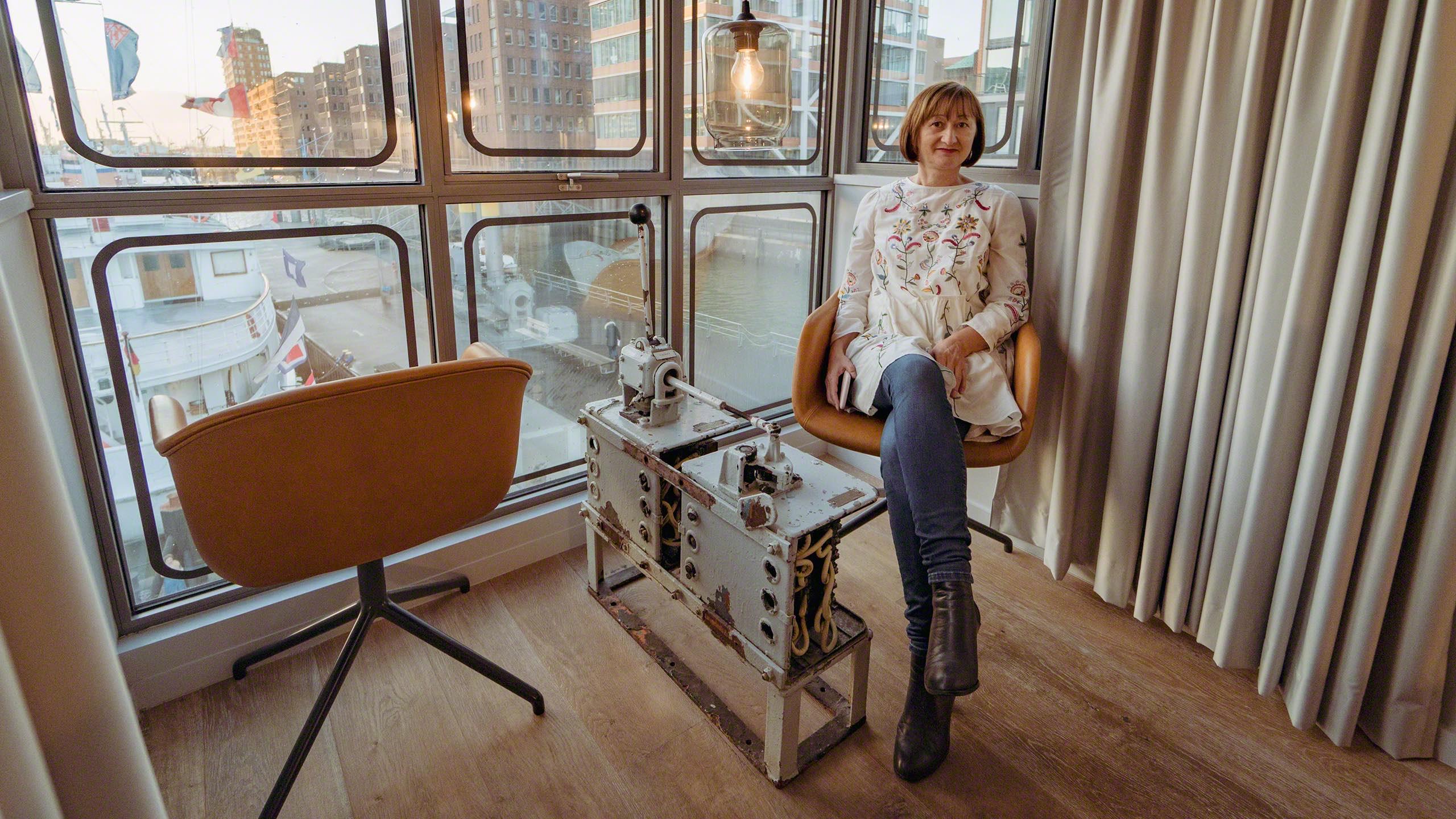 Lounge: Der Schaltknüppel zwischen zwei Ledersesseln dient als Beistelltisch ©Mirco Seyfert.