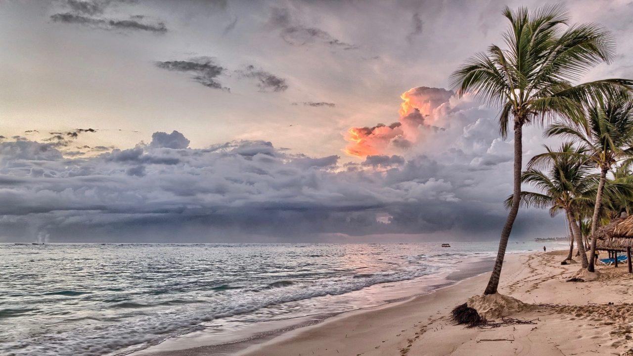 Beste Reisezeit Karibik Sonnenuntergang am Strand www.reise-zeit.com