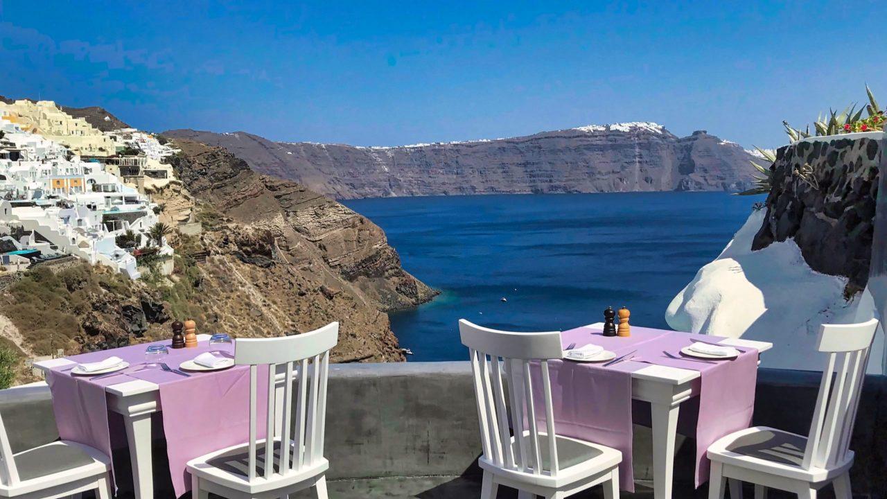 Santorini Reise Highlights und Tipps Lycabettus Restaurant Tische mit Meerblick