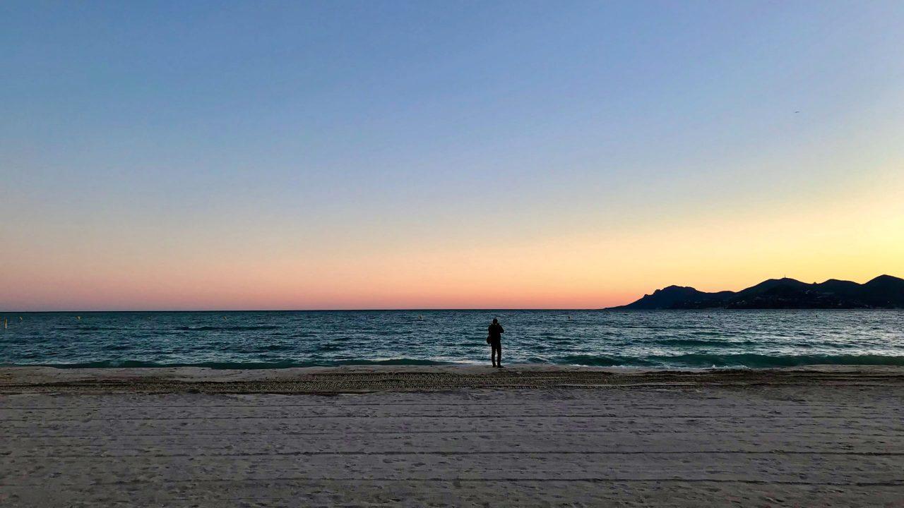 Beim Sonnenuntergang in der Bucht der Croisette ist das Rauschen der Wellen gut zu hören. Côte d'Azur in der wunderbaren Nebensaison.