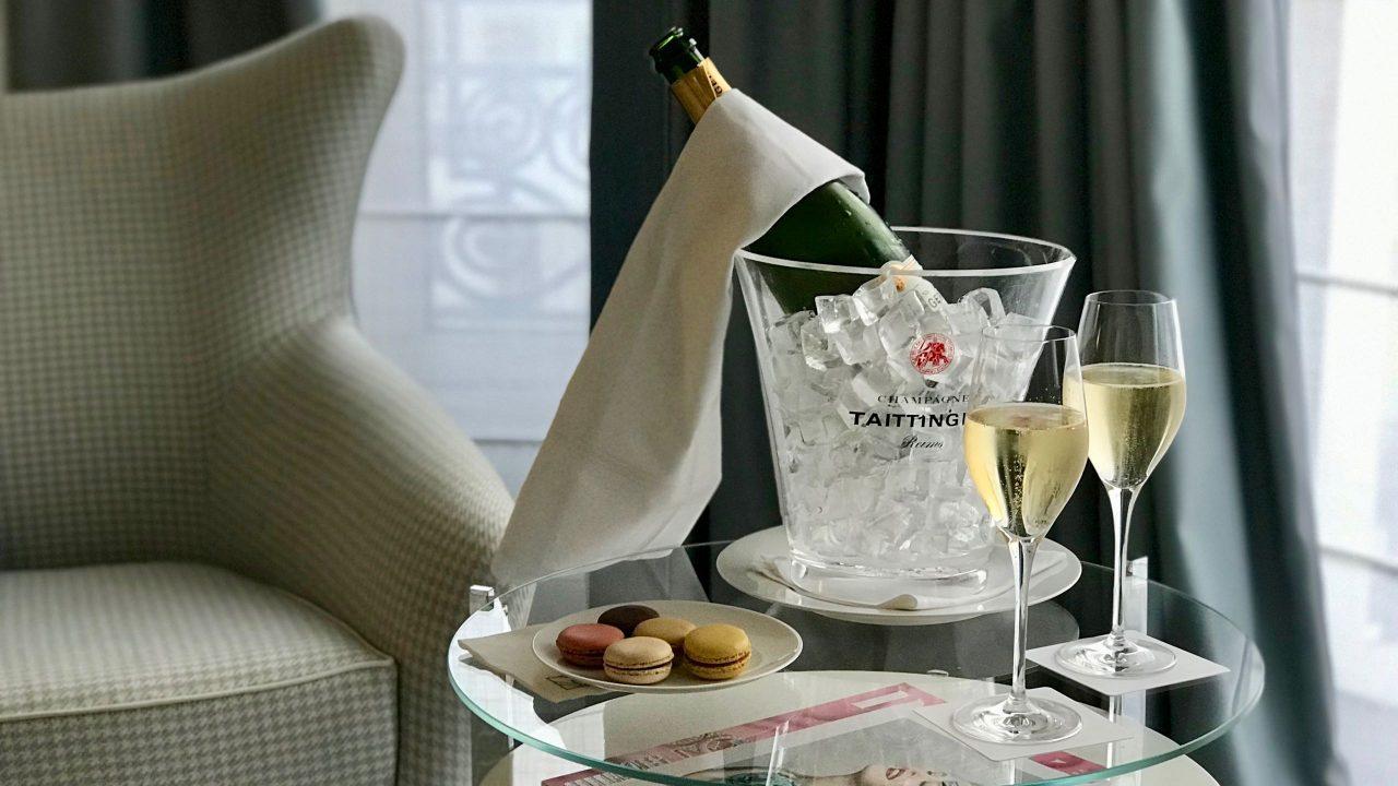 Willkommen an der Côte d'Azur. Der prickelnde Gruß im Hotel Martinez.