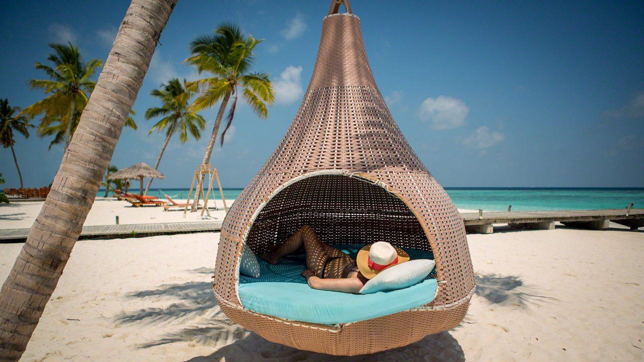 Perfekt zum Entspannen: eine Kokon Hängematte vor Postkartenkulisse ©Mirco Seyfert