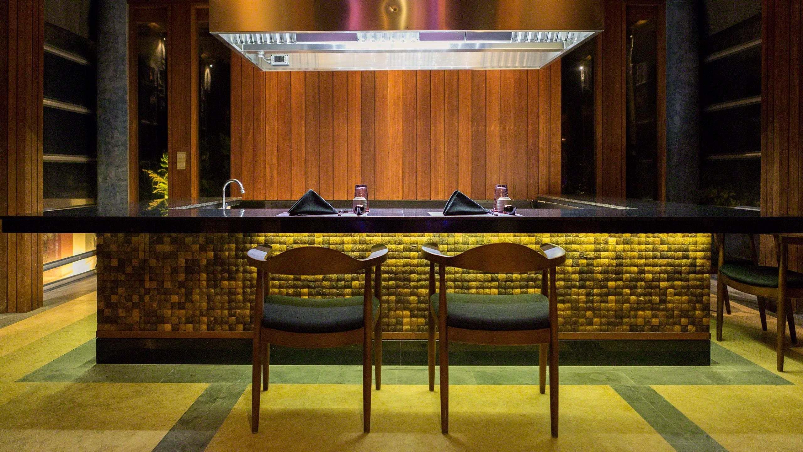 Am japanischen Teppanyaki Tresen werden alle Zutaten von einem Teppanyaki Meister spektakulär gegart ©Mirco Seyfert