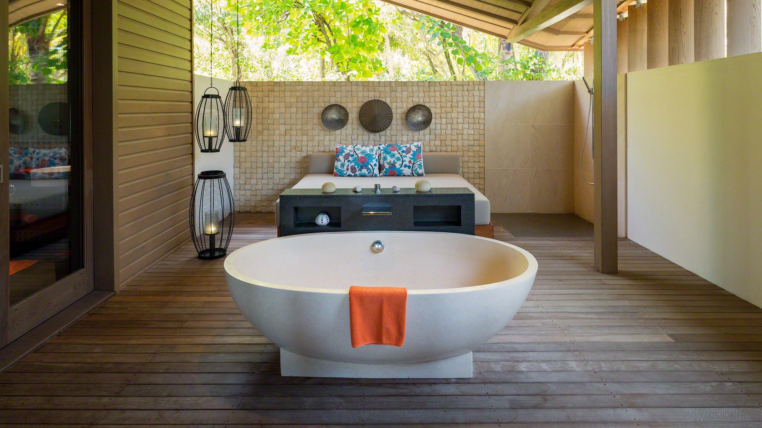 Schöner Baden: Zusätzliches Bad mit Daybed im Freien ©Mirco Seyfert