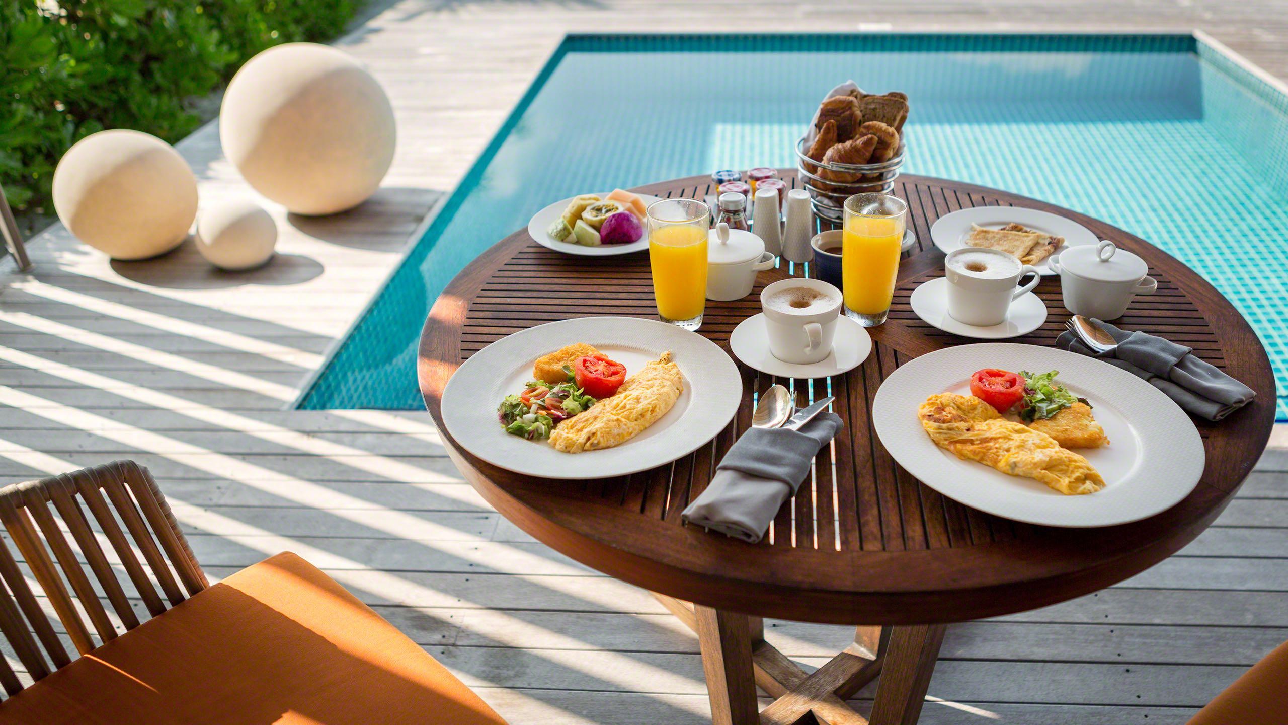 Paradiesisches Frühstück in der eigenen Villa am Pool servieren lassen, auch dieser Service ist inklusive ©Mirco Seyfert