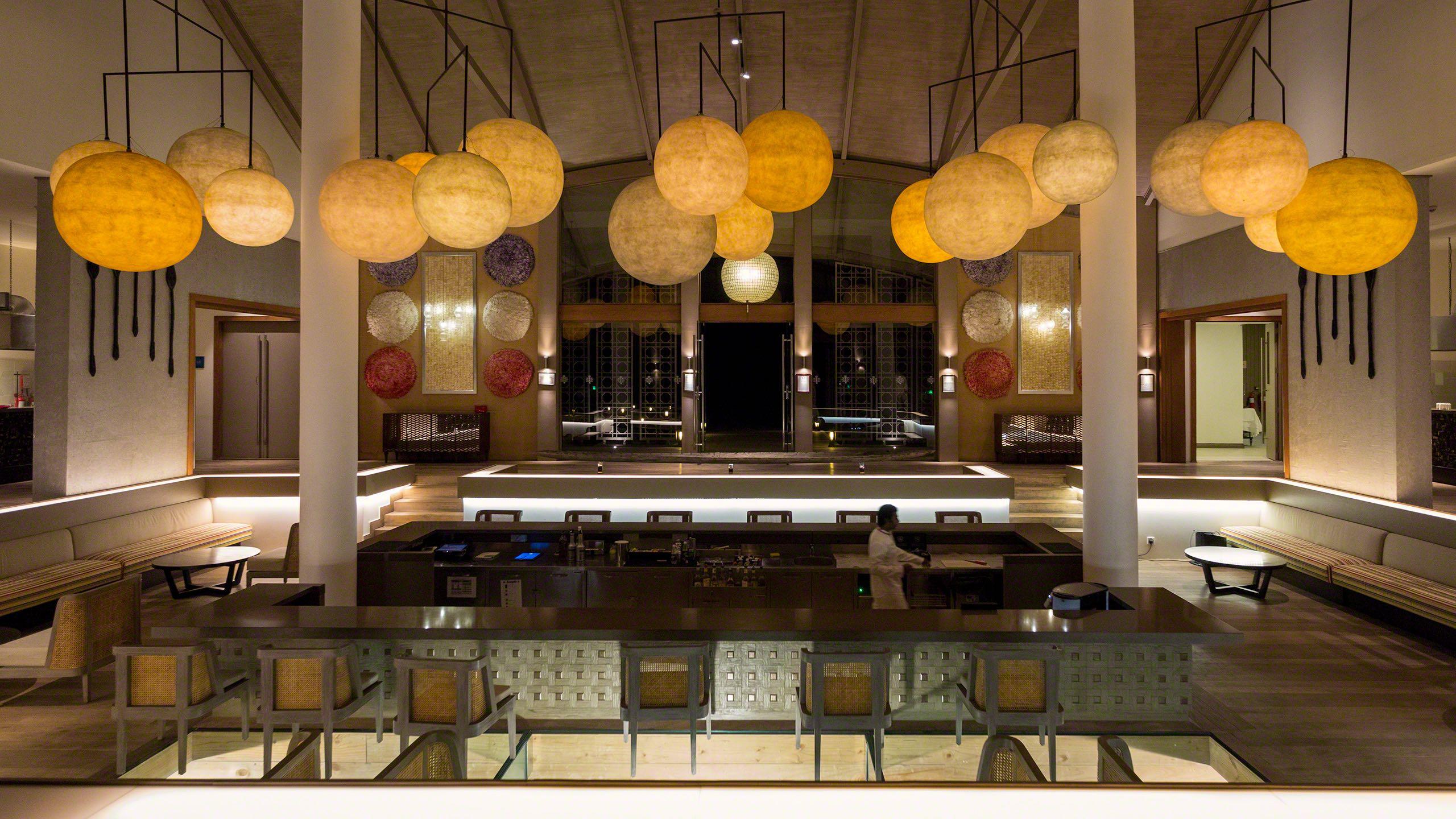 In der Motu Bar einen Drink genießen und durch den langen Glasboden die Unterwasserwelt betrachten ©Mirco Seyfert