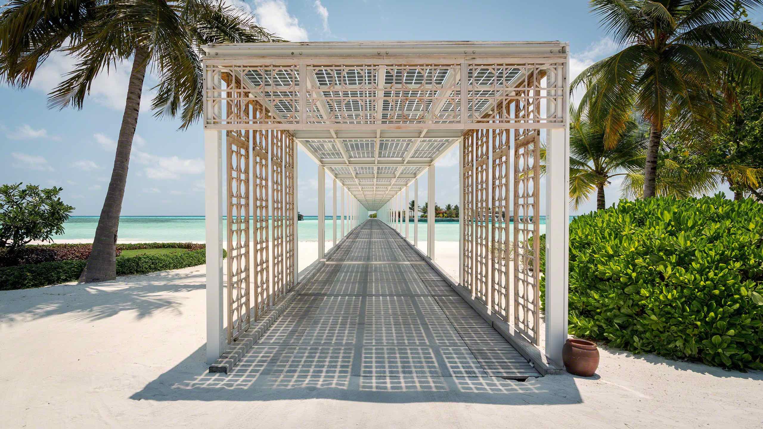 Die Sonne liefert die Energie: Die Photovoltaik-Module auf den Dachflächen versorgen die ganze Insel mit Strom ©Mirco Seyfert