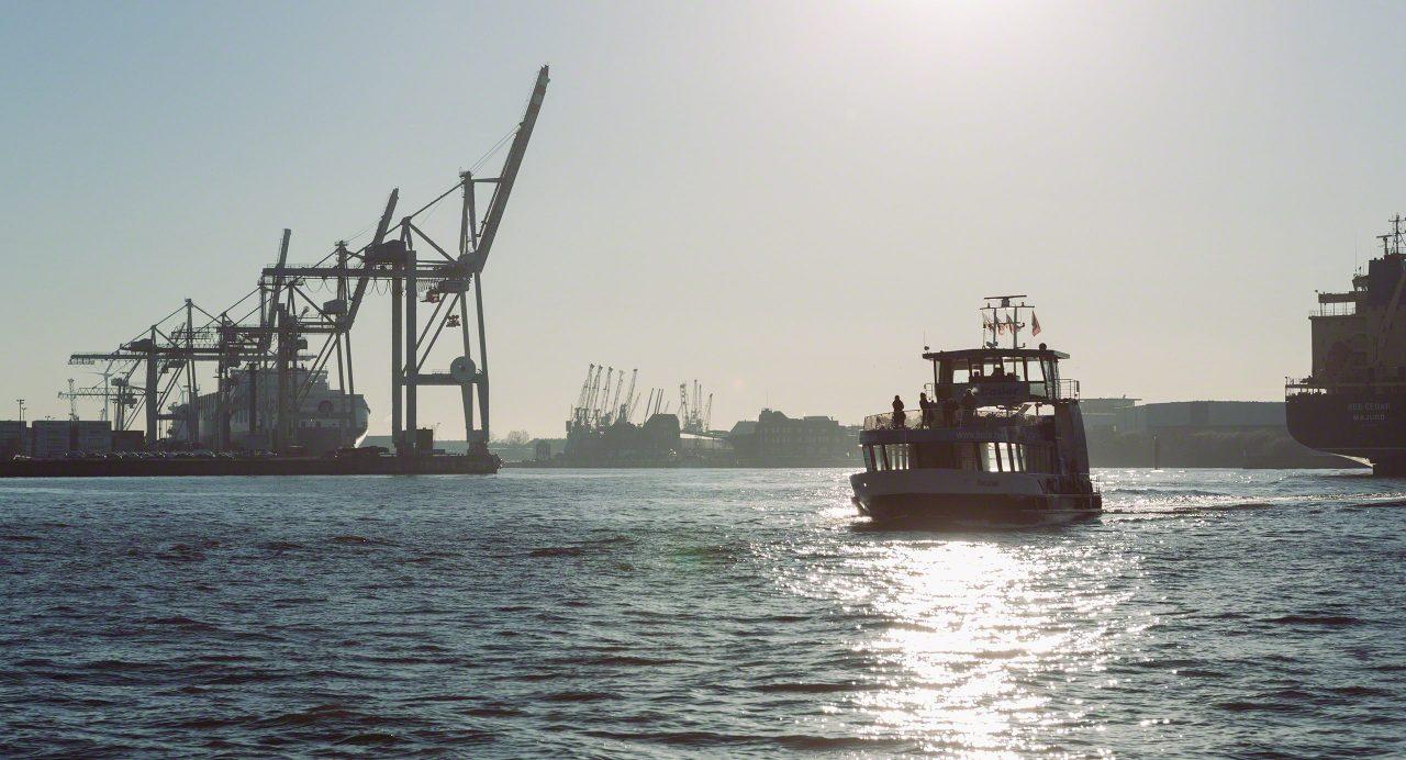 Mit der Hafenfähre zur Elbphilharmonie. Foto © Mirco Seyfert