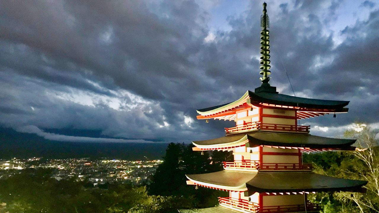 Mount Fuji leider versteckt hinter den Wolken, dafür entschädigt der atemberaubende Blick auf die Chureito Pagoda.
