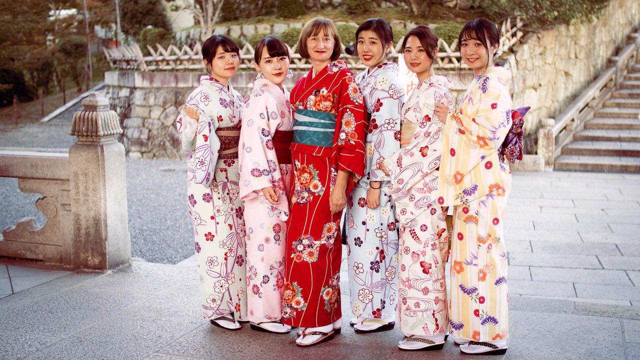 Spontan einen der doppelt gewundenen Kimonos ausleihen und du bist im Kiyomizu-dera Tempel passend gekleidet.