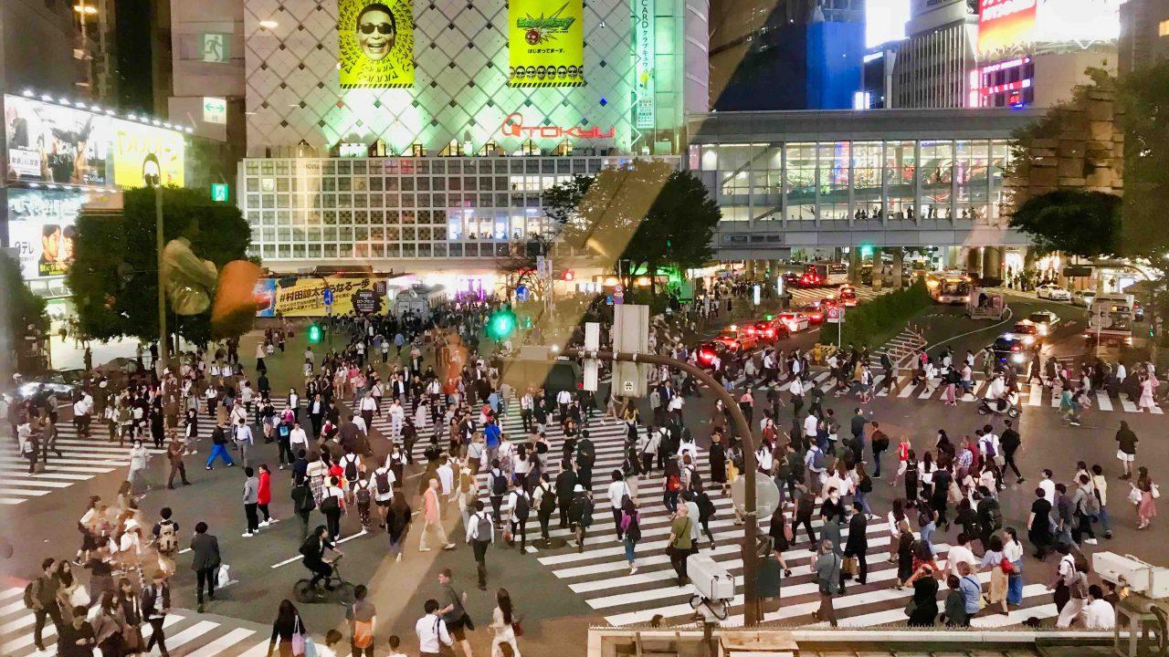 Japan Shibuya: Den besten Blick auf die berühmte Shibuya Kreuzung hast du vom 1. Stock des Starbucks Cafe