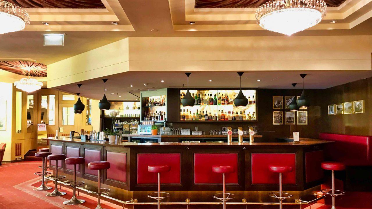 Prominenter Treffpunkt, die Piano Bar.