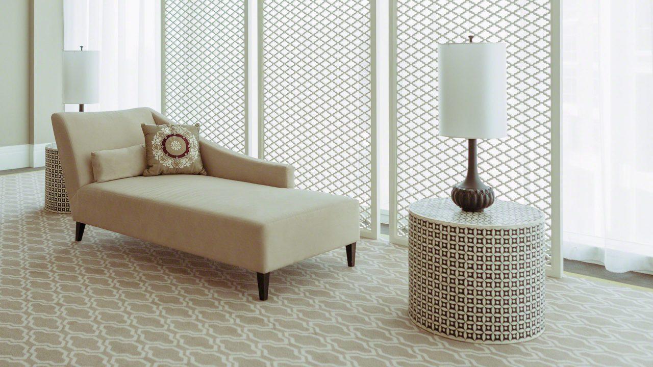 Stimmungsvolles Design auch vor der Suite. Foto © Mirco Seyfert