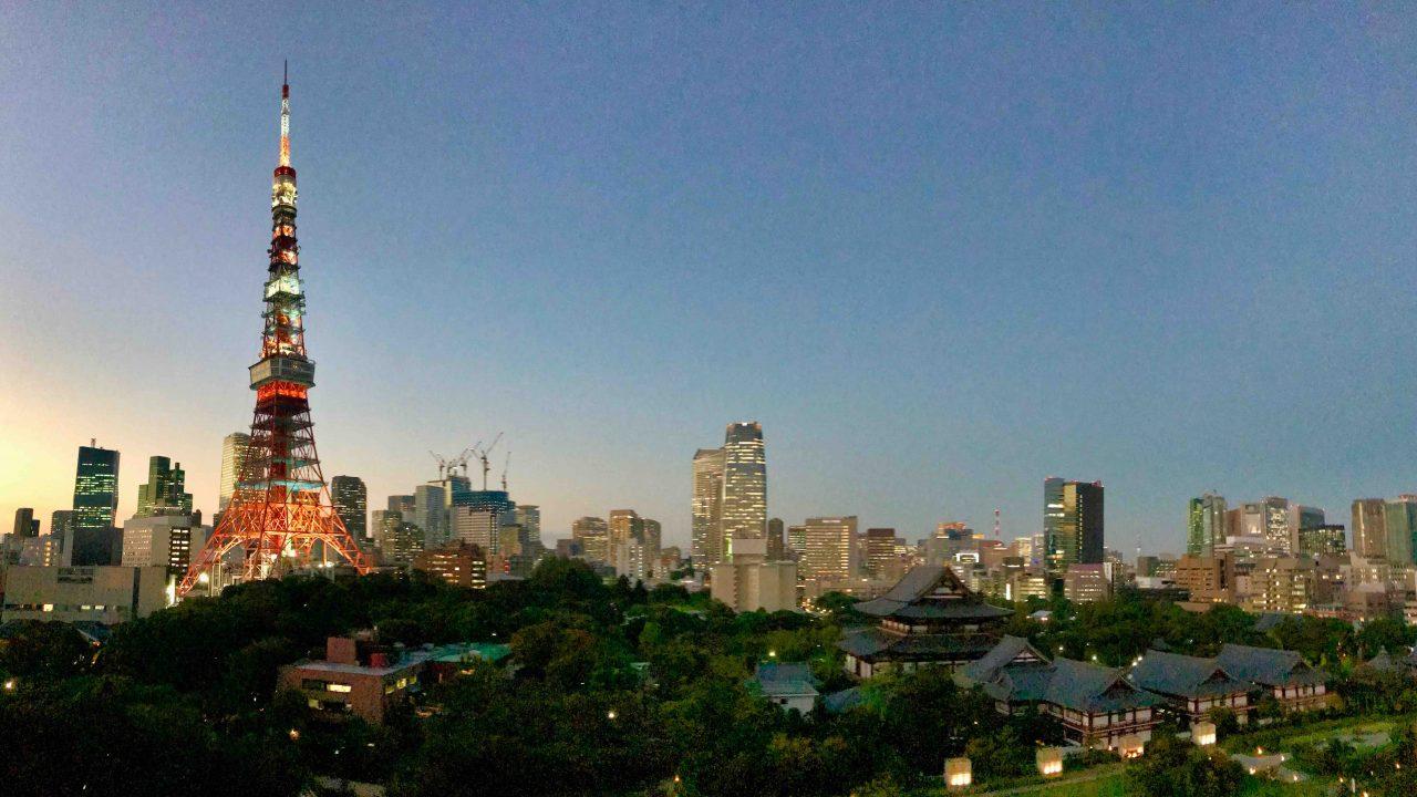 Nächtliches Panorama mit Blick auf den Tokyo Tower.