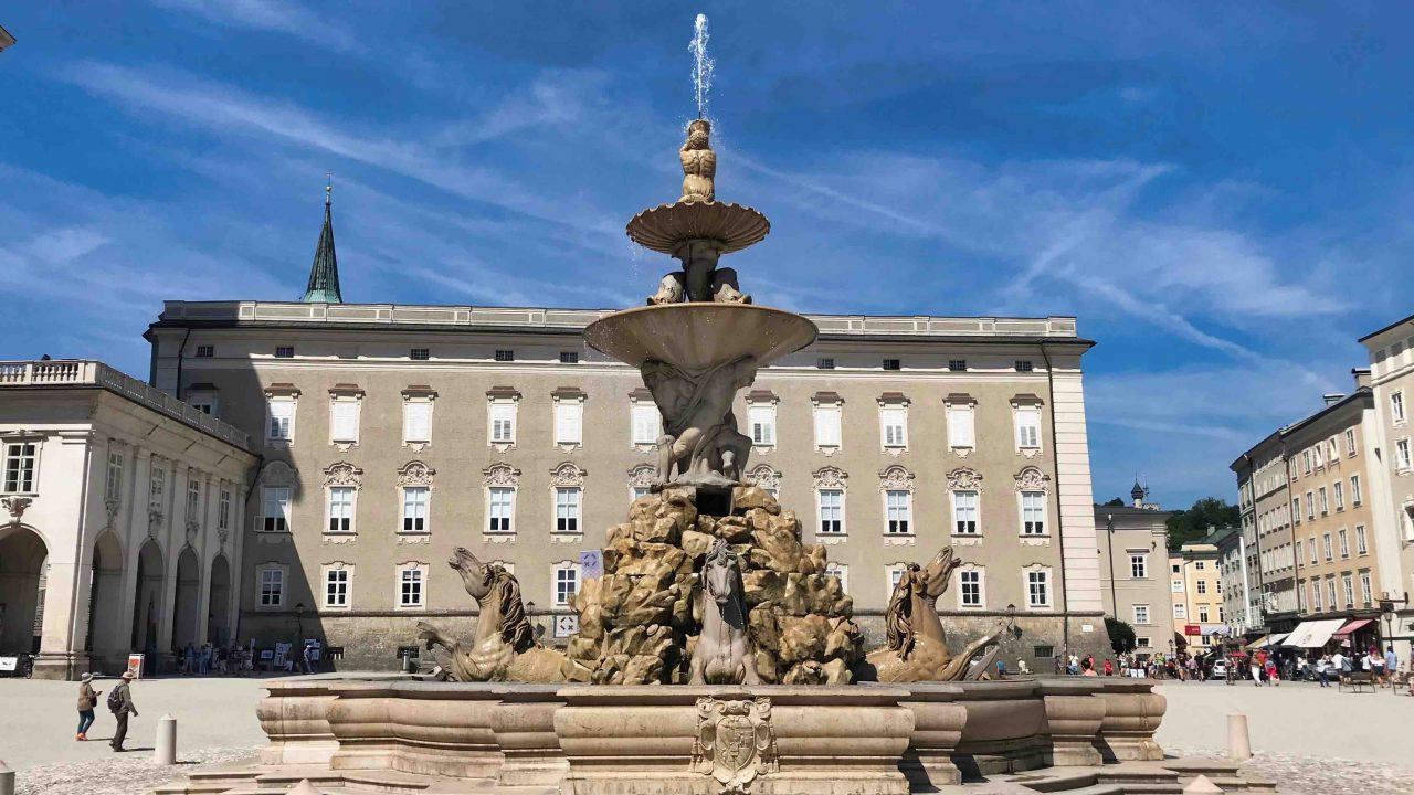 Tipp: Am Residenzbrunnen einen Moment verweilen und den grandiosen Residenzplatz auf sich wirken lassen.
