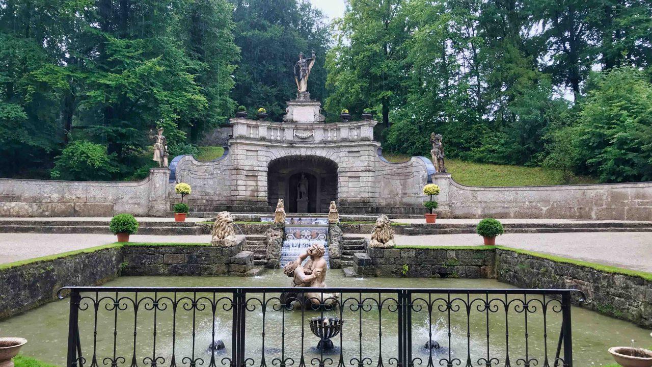 Selbst bei Wolken ist das Schloss Hellbrunn mit seinem wunderbaren Schlossgarten und den Wasserspielen - ein lohnendes Ausflugsziel.
