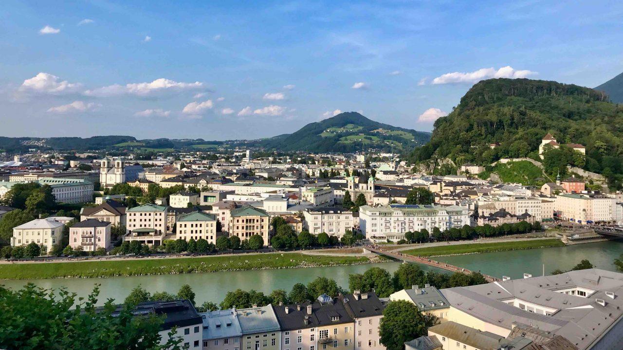 Vom Mönchsberg aus genießt du nicht nur einen herrlichen Blick zur Festung Hohensalzburg, sondern auch zum grünen Kapuzinerberg.