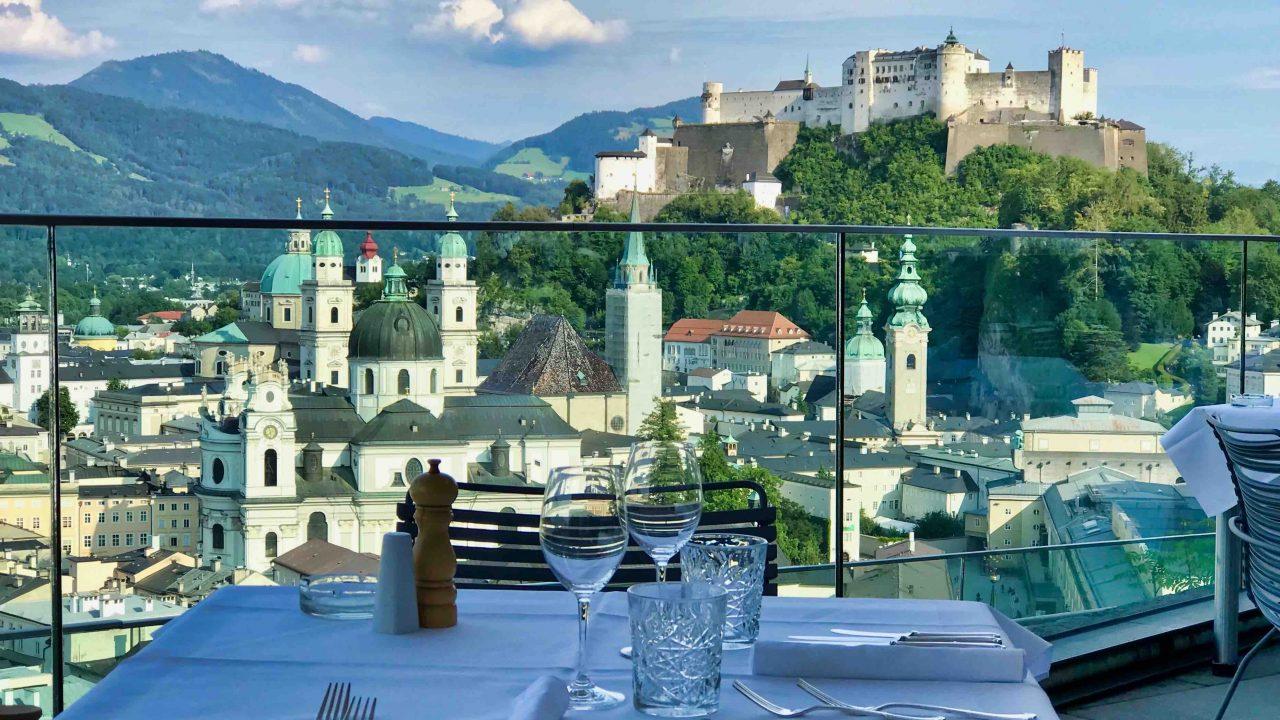 Der Blick auf Salzburgs Dächer und den Mönchsberg ist an sich schon einen Ausflug zum Restaurant M32 wert.