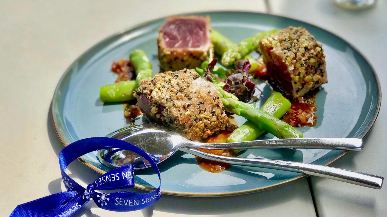 Schlemmen durch die Speisekarte: Kurz gebratener Thunfisch in Nusskruste.