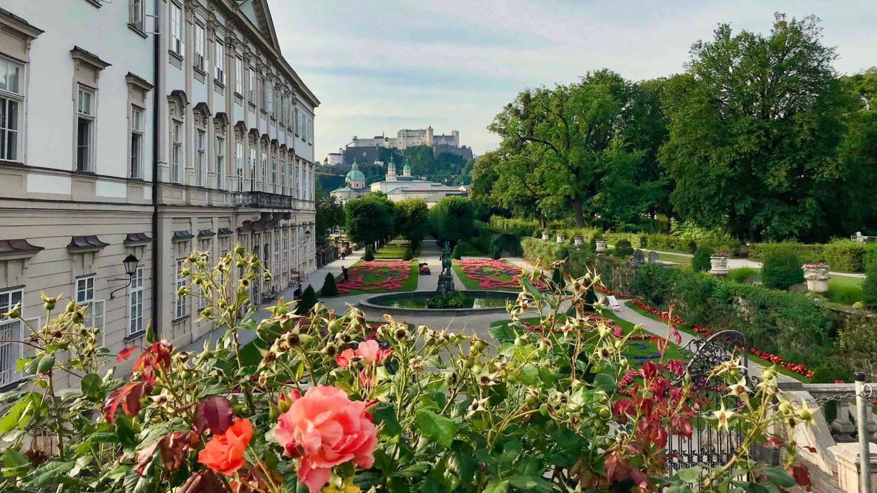 Ein Sommertraum: Mirabellgarten und das Wahrzeichen von Salzburg.