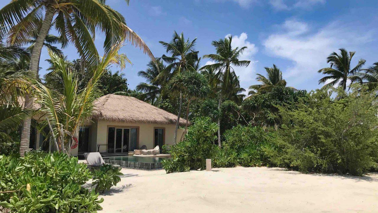 Direkt am puderweichen Sandstrand ist die großräumige Beachvilla mit Pool ein Garten Eden.