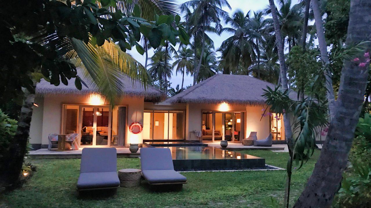 Ohne Palme kein Malediven Idyll. Beach Villa mit Pool und Garten: Tropischer Urlaubstraum.