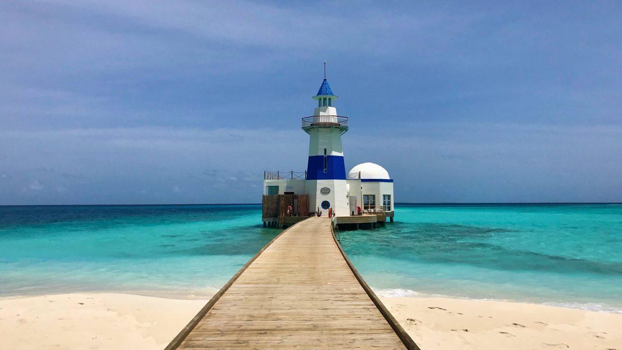 """Der weiß-blaue Leuchtturm bietet nicht nur 360 Rundumsicht - das Restaurant """"The Lighthouse"""" ist grandios!"""