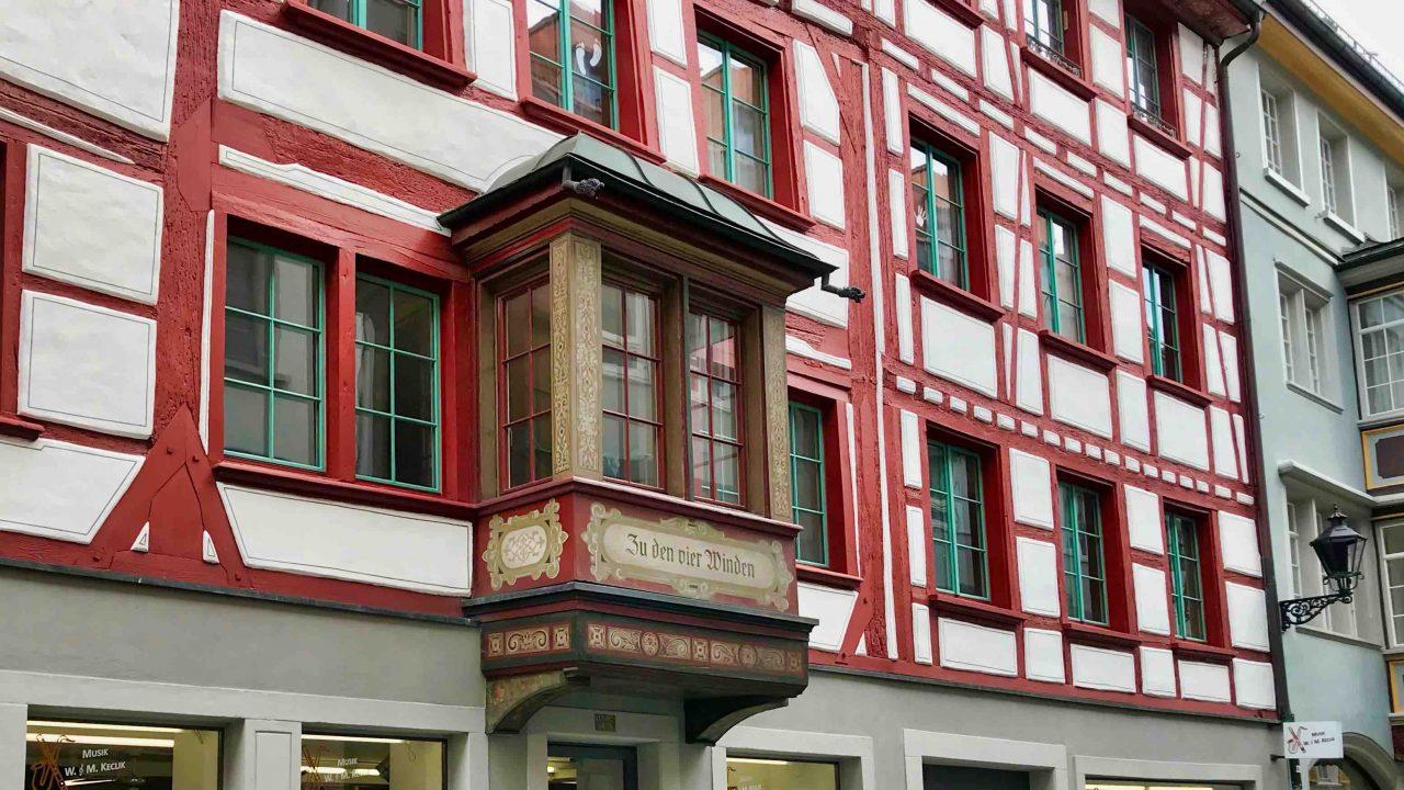 Prachtvoll verzierte Erker schmücken die Altstadt. Es gilt: Je reicher verziert die Erker, desto wohlhabender waren die Bauherren.