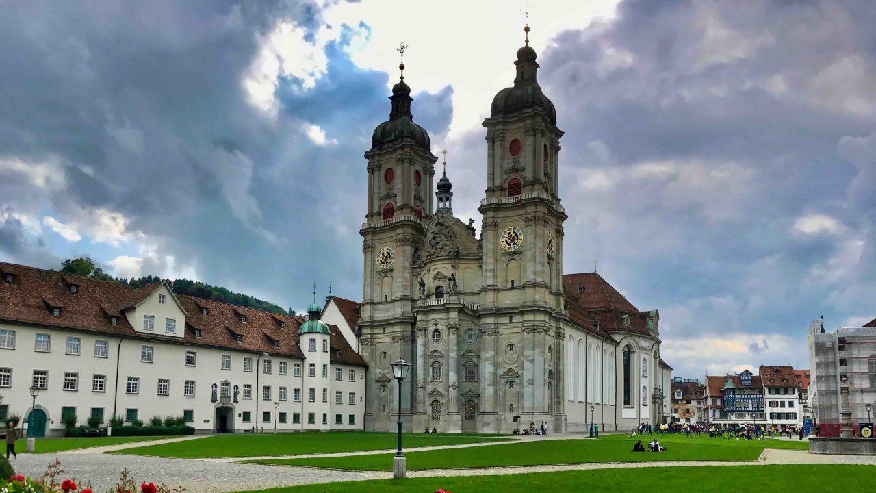 Die Barockkirche mit ihren charakteristischen Doppeltürmen ist das Wahrzeichen von St.Gallen und gehört seit 1983 zum UNESCO Weltkulturerbe.