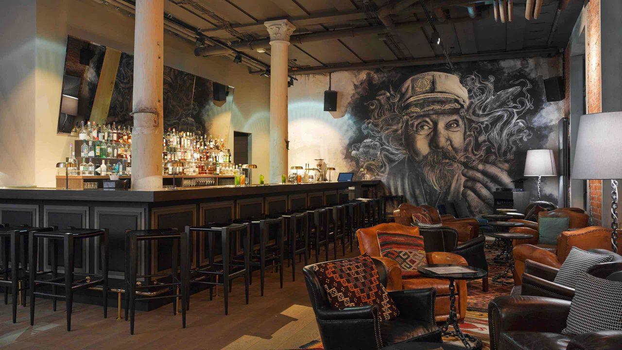 """The Boilerman-Bar: Bekannt für die exklusiven """"Highball""""-Drinks und ein Treffpunkt der HafenCity Szene. Foto ©25hours Altes Hafenamt"""
