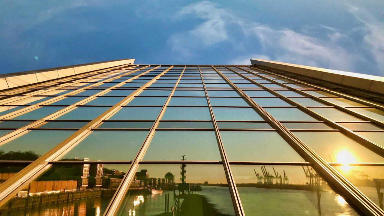 Dockland kennen die meisten als Aussichtsplattform. Unterhalb der markanten Architektur ist der Hafenblick nicht weniger beeindruckend.